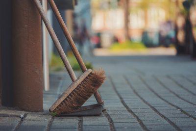 Jarné upratovanie chalupy – ako sa správne pripraviť?
